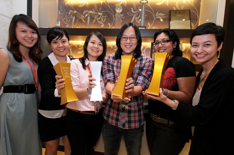 We did it: (From left) Knorex account executive Yew Weisin, group marketing executive Michelle Har, corporate communications executive Selina Ng, R.AGE acting editor Ian Yee, R.AGE journalist Sharmila Nair and Siti Hajar with the trophies.