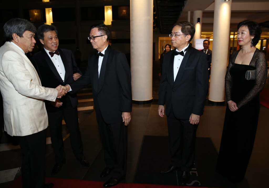 Prestigious event: Star Media Group Bhd chairman Datuk Fu Ah Kiow greeting Sultan Sharafuddin during his arrival at StarProperty Awards Night. Looking on are (second from left) Wong, Star Media Group Bhd group chief operating officer Calvin Kan and editor-in-chief Datuk Leanne Goh. — GLENN GUAN/The Star