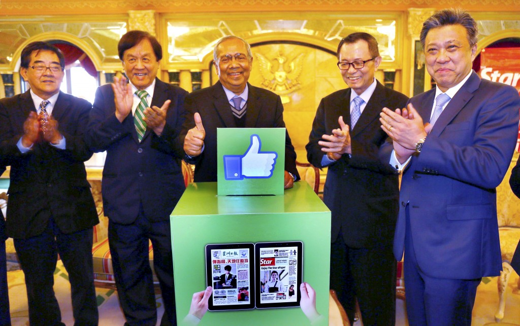 Another milestone: Adenan (centre) launching the e-paper package as (from left) Sin Chew Media Corporation managing director Ng Chek Yong, Tiong, Fu and Star Media Group group managing director and chief executive officer Datuk Seri Wong Chun Wai look on.