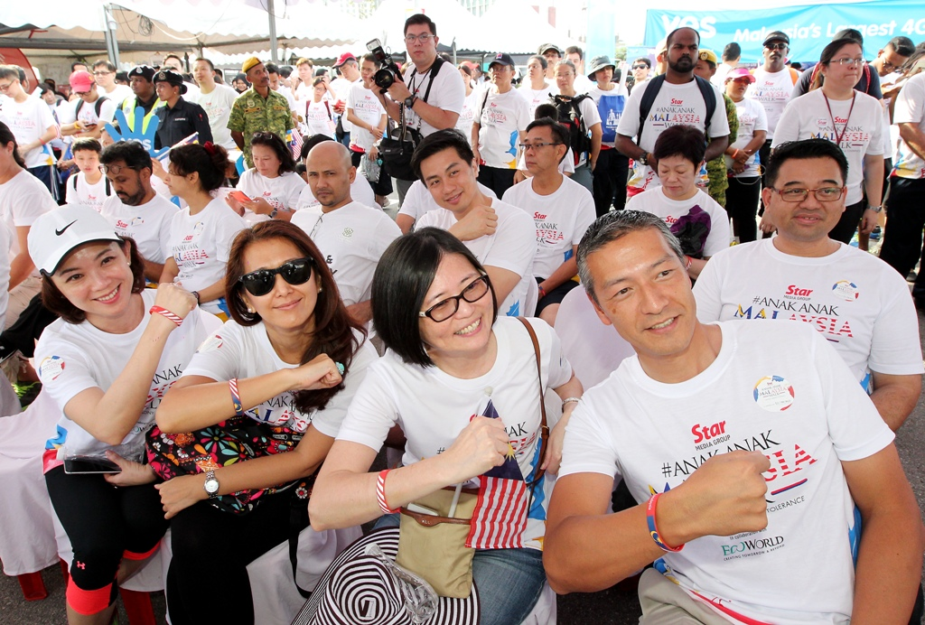 (Front row, from left) golden screen Cinemas group sdn Bhd chief executive officer Koh Mei Lee, Nestle Malaysia corporate affairs director eliza Mohamed, star Media group chief revenue officer Lim Bee Leng and Panasonic Malaysia sdn Bhd consumer marketing and customer service director Takaaki uehara at the anak-anak Malaysia Walk 2016.