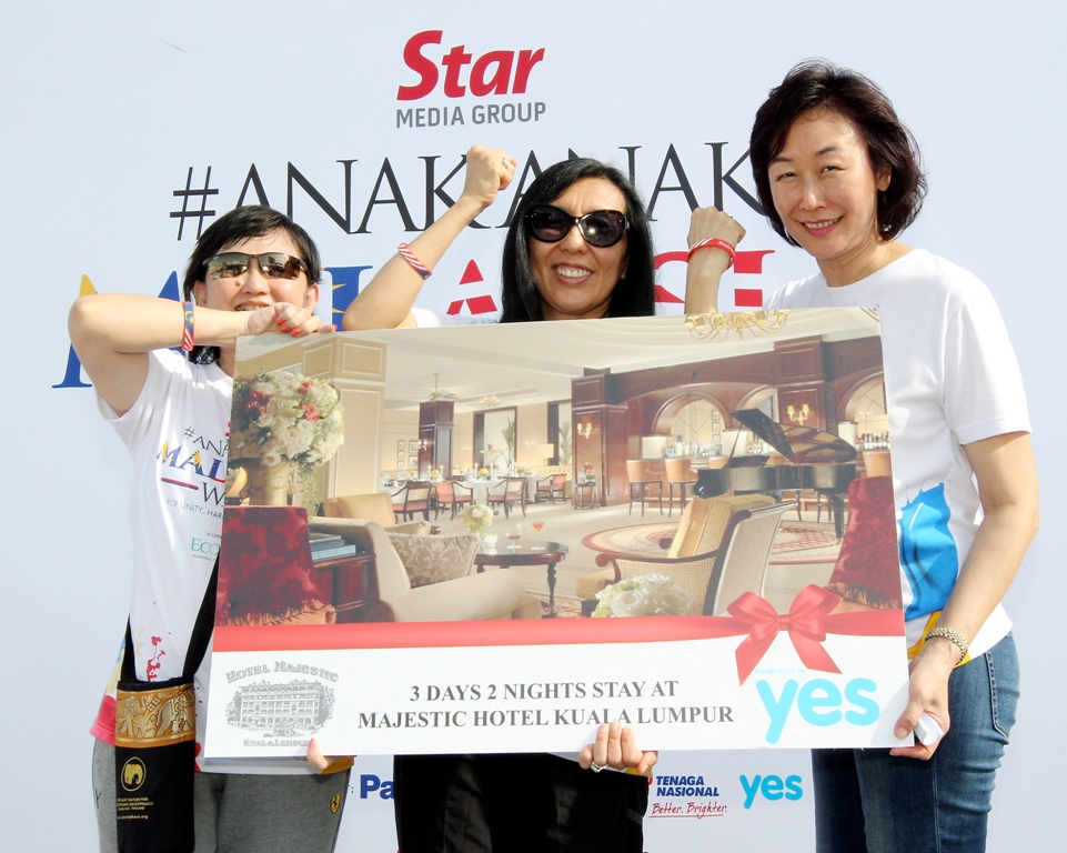 It was a lucky day for anak-anak Malaysia 2016 participant Mimi Kam shiok Mei, 50 (left) after she won a two-night stay at the Majestic Hotel Kuala Lumpur. Presenting the prize was The star editor-in-chief datuk Leanne goh (right) and yTL Communications sdn Bhd executive director datuk yeoh soo Keng.