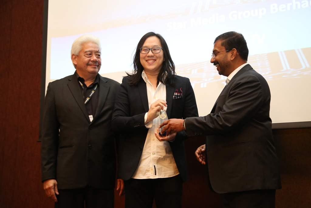 Well done: Yee (centre) receiving the Asian Digital Media Award from Wan-Ifra Asia-Pacific Advisory Committee chairman Pichai Chuensukasawadi (right) and Wan-Ifra chief operating officer Thomas Jacob.