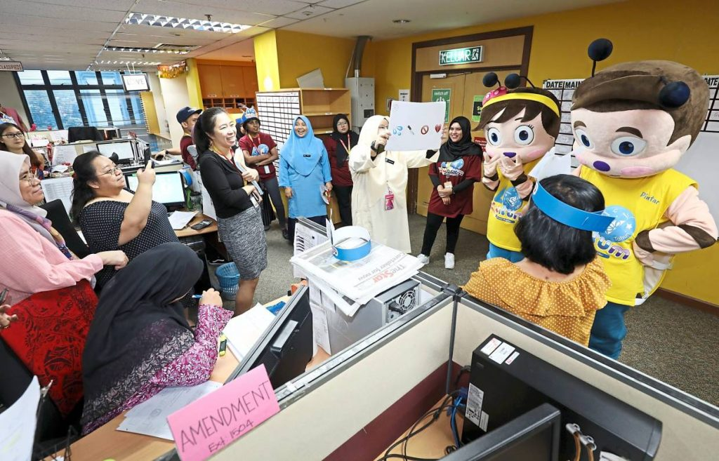 Kuntum crew as well as its mascots, Pintar and Comel, engaging Star Media Group employees through a Malay idiom challenge.